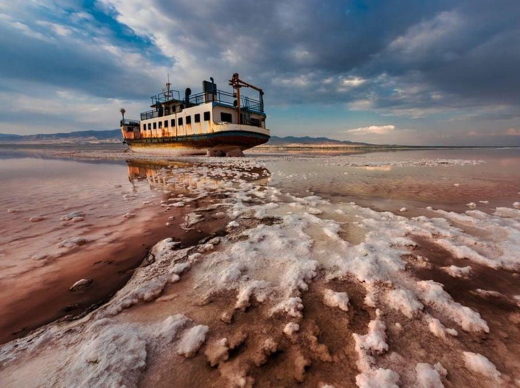 End Floating oleh Saeed Mohammadzade jadi pemenang utama. Foto menakjubkan ini memperlihatkan sebuah kapal di atas danau Urmia di Iran. Perubahan iklim membuat danau ini airnya kian menyusut. Danau itu juga makin rusak karena ulah manusia yang mengeksploitasinya habis-habisan. Foto: Environmental Photographer Of The Year