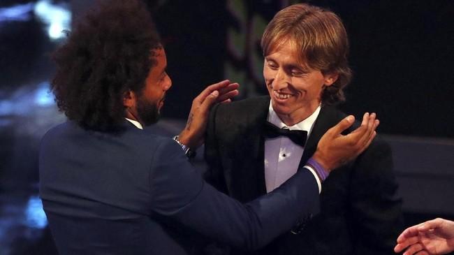 Luka Modric menerima ucapan selamat dari rekan setimnya di Real Madrid, Marcelo. (Reuters/John Sibley)