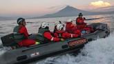 Aktivis Greenpeace menaiki perahu karet saat melakukan aksi di Bitung, Sulawesi Utara. (ANTARA FOTO/Dhemas Reviyanto).