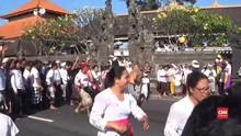 VIDEO: Mengucap Syukur dengan Saling Lempar Ketupat