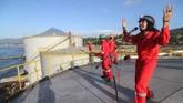 Personel grup band Boomerang beraksi di atas tangki timbun minyak sawit milik PT Multi Nabati Sulawesi (PT MNS) saat aksi yang diprakarsai oleh Greenpeace di Bitung, Sulawesi Utara, Selasa (25/9). (ANTARA FOTO/Dhemas Reviyanto/aww/18).