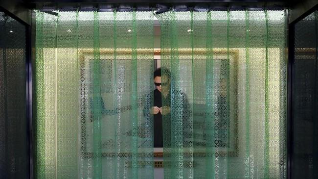 Jutaan potret, mozaik, hingga lukisan Kim Il-sung lainnya juga siap menyapa orang yang berlalu-lalang di setiap sudut Korut. (Reuters/Danish Siddiqui)