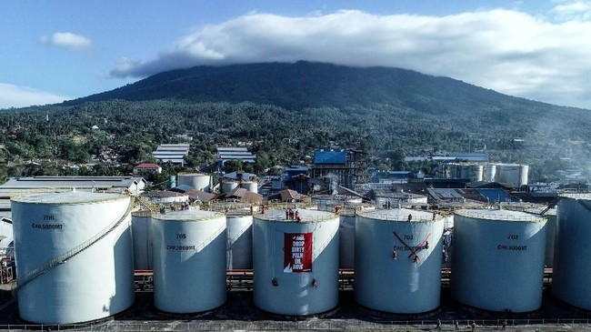 Aktivis Greenpeace melakukan aksi protes dengan membentangkan spanduk bertuliskan 'hentikan Minyak Sawit Kotor Sekarang' dan lukisan di kilang Wilmar International di Bitung, Sulawesi Utara. (Greenpeace/Jurnasyanto Sukarno).