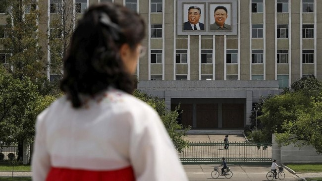 Foto itu harus dipasang di tempat yang tinggi sehingga semua harus memandang ke atas ketika ingin melihat para pemimpin Korut. (Reuters/Danish Siddiqui)