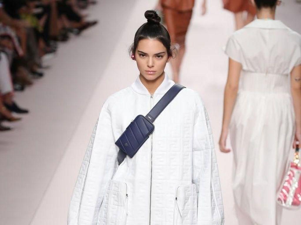 Gaya Kendall Jenner Pakai Baju Tanpa Celana di Fashion Show Fendi