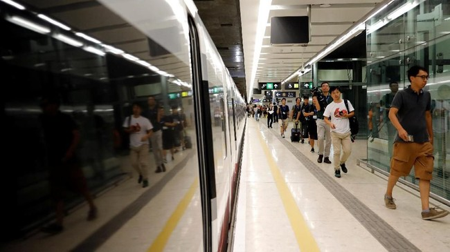 Kereta akan berangkat dari Stasiun Kowloon Barat yang menawarkan akses mudah ke 44 tujuan yang dilayani oleh kereta berkecepatan tinggi China Railways. (REUTERS/Tyrone Siu)