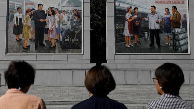 Ketika pertama kali mendarat di bandara Korut, misalnya, setiap pengunjung akan langsung disambut foto Kim Il-sung, bapak bangsa yang juga kakek dari Kim Jong-un. (Reuters/Danish Siddiqui)