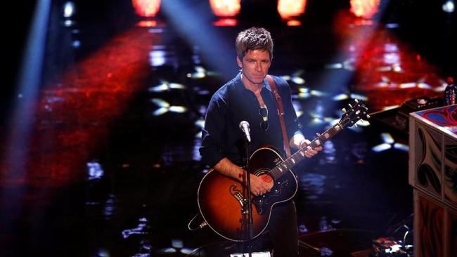 Noel Gallagher jadi salah satu pengisi acara pemberian penghargaan kepada sosok-sosok terbaik di dunia sepak bola tahun ini. (Reuters/John Sibley)
