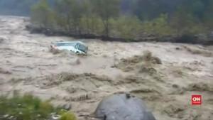 VIDEO: Satu Bus Hanyut Akibat Banjir Bandang di India