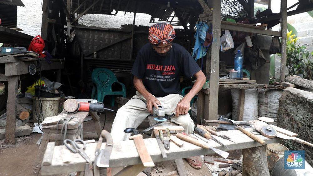 Hampir di setiap rumah penduduk terdapat bengkel pembuatan golok yang kemampuan pandai besi itu diturunkan dari pendahulunya.