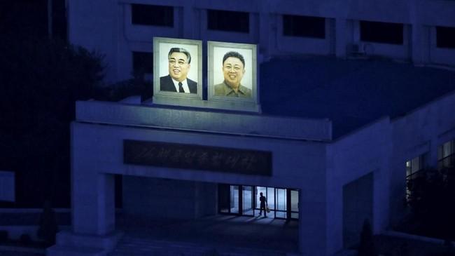 Foto-foto Kim Il-sung dan putra yang mewarisi takhtanya, Kim Jong-il, tak hanya dipampang di jalan-jalan protokol, tapi juga stasiun kereta, rumah sakit, sekolah, pabrik, bahkan ruang tengah apartemen. (Reuters/Danish Siddiqui)