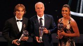 Luka Modric, Didier Deschamps, dan Marta berpose bersama trofi yang mereka menangkan. (Reuters/John Sibley)