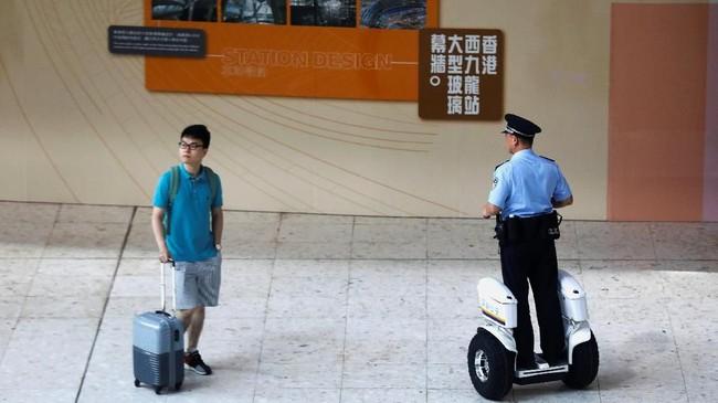 Harga tiket kelas dua, dari Hong Kong menuju Shenzen dibanderol dengan harga Rp164 ribu. Sedangkan untuk menuju Guangzhou memerlukan kocek sebesar Rp471 ribu, dan untuk menuju Beijing diperlukan biaya Rp2,3 juta. (REUTERS/Tyrone Siu)