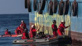 Sebanyak23 aktivis Greenpeace dari sejumlah negara bersama empat personel grup band Boomerang melakukan aksi damai dengan menduduki kapal penyuplai minyak sawit dan tangki timbun milik PT Multi Nabati Sulawesi. (Greenpeace/Jurnasyanto Sukarno).