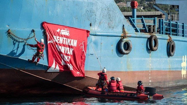 Kilang minyak di Pulau Sulawesi mengolah minyak sawit dari produsen besar yang diduga melakukan perusakan hutan di Kalimantan dan Papua. Greenpeace/Rendra Hernawan).