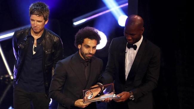 Mohamed Salah menerima penghargaan Puskas Award karena golnya ke gawang Everton terpilih sebagai gol terbaik tahun ini. (Reuters/John Sibley)