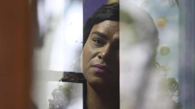 Ia menjadi orang tua asuh transgender pertama di Brazil.