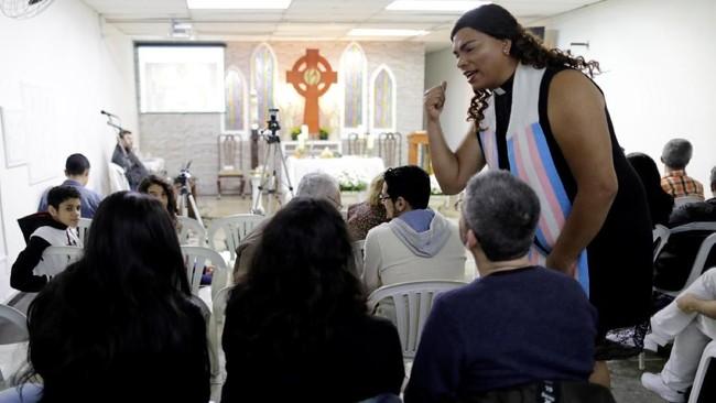 Salvador adalah seorang ibu, guru, dan pastor. Ia seringkali memimpin kebaktian di gereja Kristen Evangelis di kota itu