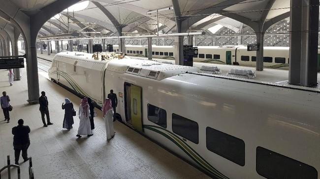 Para penumpang menaiki kereta cepat di stasiun KAEC di kota King Abdullah Economic, dekat Jeddah.(REUTERS/Stephen Kalin)