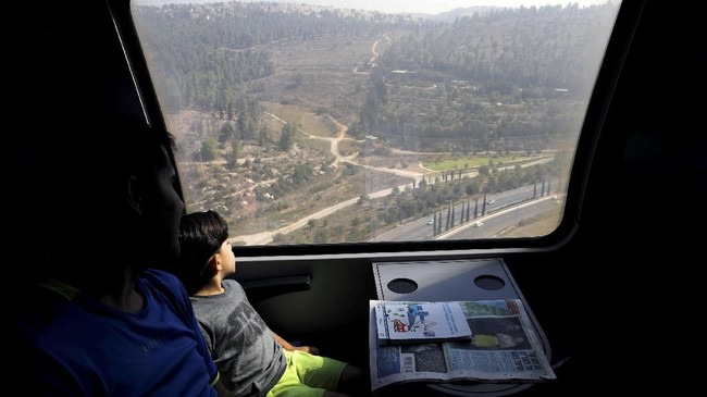 Pembangunan dibantu perusahaan asal Kanada Bombardier, Semi dari Spanyol dan Alstom asal Perancis (REUTERS/Amir Cohen)