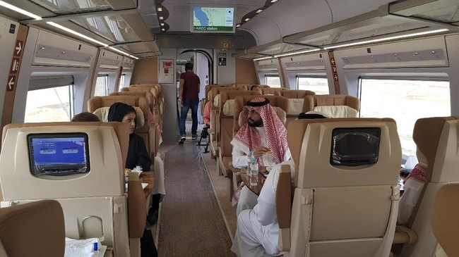 Kereta dari Mekkah dan Madinah bisa menampung 60 juta penumpang per tahunnya. (REUTERS/Stephen Kalin)
