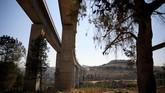 Jalur kereta cepat melewati 40 kilometer terowongan dan delapan jembatan(REUTERS/Ammar Awad)