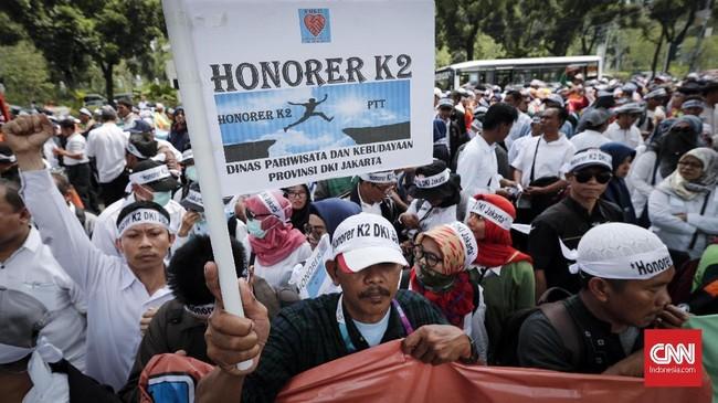 Ratusan pegawai honorer yang tergabung dalam Forum Honorer Kategori 2 DKI Jakarta melakukan aksi damai di depan Balaikota, Jakarta, Rabu, (26/9).Pada hari yang sama, pendaftaran di situsseleksi CPNS 2018 yang dikelola BKNbisa diakses masyarakat.(CNNIndonesia/Safir Makki)
