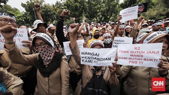 Bagi honorer K2 diberi kesempatan mengikuti seleksi CPNS, namun mereka dibatasi salah satunya syarat usia maksimal 35 tahun per 1 Agustus 2018. (CNNIndonesia/Safir Makki)