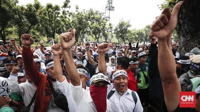 Ratusan pegawai honorer yang tergabung dalam Forum Honorer Kategori 2 DKI Jakarta melakukan aksi damai di depan Balaikota, Jakarta, Rabu, (26/9). Mereka juga menuntut Pemprov DKI Jakartameningkatkan kesejahteraannya. (CNNIndonesia/Safir Makki)