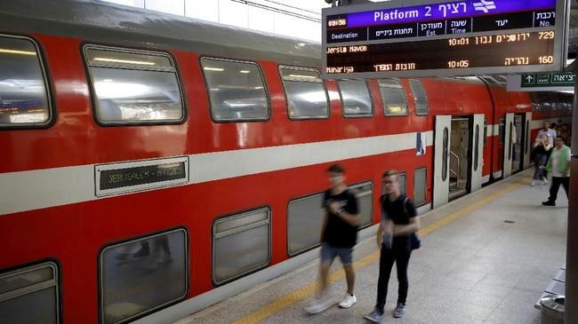 Kereta cepat yang menghubungkan Yerusalem dan Tel Aviv ini juga menghubungkan bandara internasional Ben Gurion di Lod, dekat Tel Aviv (REUTERS/Amir Cohen)