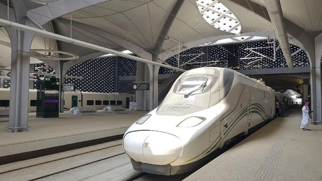 Kereta api ini dilengkapi dengan 35 armada dan kapasitas setiap gerbong kereta adalah 417 kursi. Kereta tengah berhenti di kota King Abdullah dekat Jeddah, Saudi Arabia (REUTERS/Stephen Kalin)