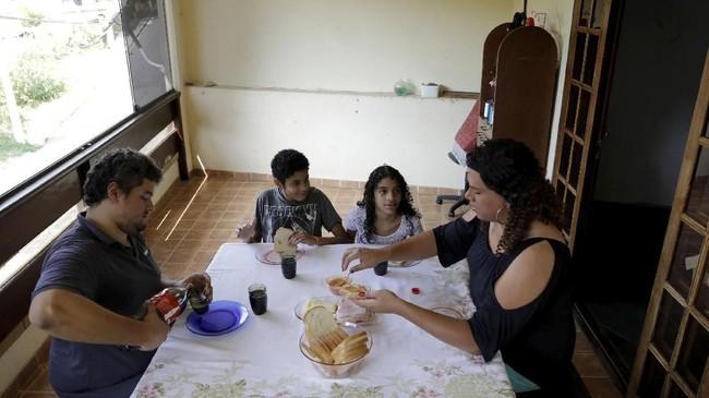 Salvador memiliki suami Roberto dan dua anak adopsi, Gabriel yang berkebutuhan khusus dan Ana Maria, anak perempuan yang juga seorang transgender