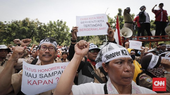 Pada satu kesempatan, Kepala BKN Bima Haria Wibisna menjelaskan PPPK memiliki hak keuangan yang sama dengan PNS. Hal yang membedakan hanya hak uang pensiun dan evaluasi kontrak tiap tahun. (CNNIndonesia/Safir Makki)
