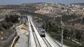 Sebagian kecil dari jalur kereta itu juga melintasi wilayah kontroversial di Tepi Barat yang masih menjadi sengketa dengan Palestina. Desa Beit Iksa milik Palestina tampak di latar foto di kawasan Tepi Barat (REUTERS/Ammar Awad)