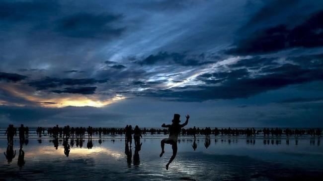 Peserta ajang tahunan North East Skinny Dip berlari menuju laut di teluk Drudrige, Inggris. (REUTERS/Scott Heppell)