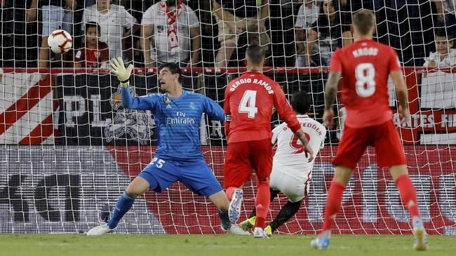 Hasil negatif juga dialami Real Madrid yang menuai kekalahan 0-3 dari Sevilla di Stadion Ramon Sanchez Pizjuan. (REUTERS/Marcelo Del Pozo)