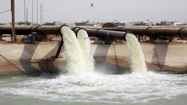 Fasilitas itu telah berubah seperti tangki septik yang bau. Bau itu diperparah dengan cuaca panas gurun pasir.(REUTERS/Alaa al-Marjani)