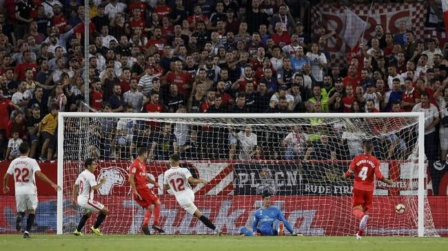 Kiper utama Real Madrid Thibaut Cortois harus memungut bola dari gawangnya sebanyak tiga kali. Ini menjadi kekalahan perdana sekaligus terbesar bagi Los Blancos musim ini. (REUTERS/Marcelo Del Pozo)