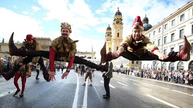 Orang-orang mengenakan busana bertemakan sejarah ketika mengikuti parade Oktoberfest di Munich, Jerman. (REUTERS/Michael Dalder)