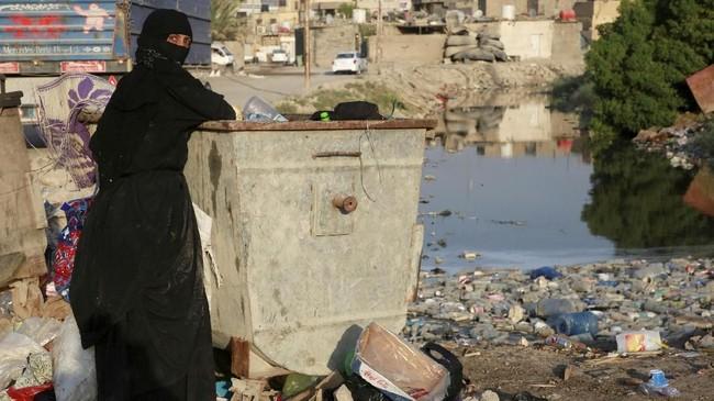 Krisis air memperparah penderitaan warga setelah infrastruktur kawasan itu hancur akibat serangkaian perang terus melanda negara itu sejak 1980-an. (REUTERS/Alaa al-Marjani)