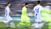 Lionel Messi selalu menjadi sorotan pemain lawan ketika menguasai bola. Namun, aks pemain Argentina tersebut belum cukup maksimal pada laga ini. (AFP PHOTO/OSCAR DEL POZO)