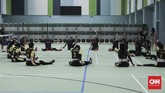 Atlet bola voli duduk Asian Para Games Indonesia berlatih di Gelora Bung Karno Arena, Jakarta (27/9). Timnas putra menargetkan dapat lolos semifinal, sedangkan tim putri meraih perunggu. (CNN Indonesia/ Hesti Rika)