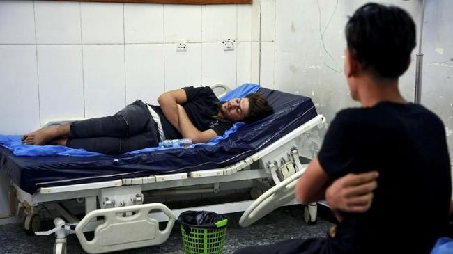 Puluhan warga sempat dirawat di rumah sakit akibat meminum air yang terpolusi air garam yang merembes ke dalam air tanah mereka di Basra. (REUTERS/Alaa al-Marjani)