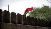 Sebelum digelarnya ajang di Del Rio, Texas, Amerika Serikat, seorang perwakilan Beto O'Rourke mengambil foto dengan kamera teleponnya (REUTERS/Sergio Flores)
