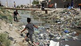 Tapi sekarang perlahan penduduk kota yang kaya air itu kian kehausan akibat polusi air yang menyebabkan air kota terlalu berbahaya untuk diminum. (REUTERS/Alaa al-Marjani)