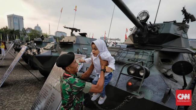 Sejumlah alutsista milik TNI dipamerkan. Di antaranya adalah Barracuda, Panser V-150 Intai, Panser V-150 AP, Panser V-150 Commando, Panser V-150 Canon, Tank Scorpion, Tank Stormer APC, Tank Stormer Komando, Tank Recovery, Microlight Trike, Atlas Firing Unit. (CNN Indonesia/Adhi Wicaksono)
