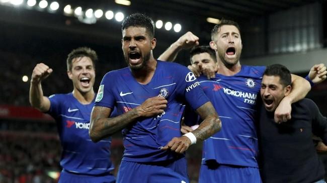 Berawal dari tendangan bebas Eden Hazard, sundulan Cesar Azpilicueta yang bisa ditepis Mignolet langsung disambar Emerson menjadi gol. (Action Images via Reuters/Lee Smith)