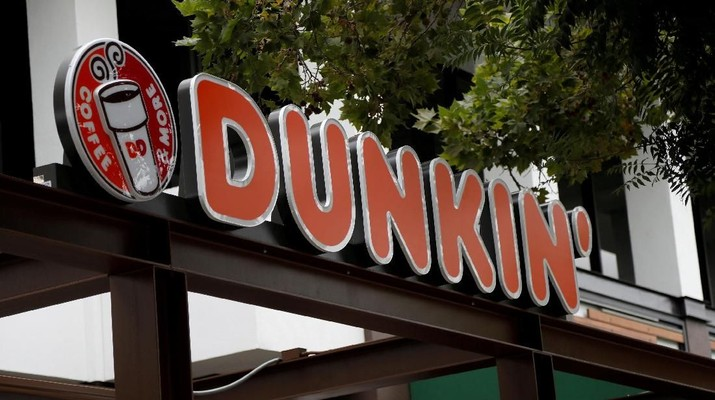 FILE PHOTO: The sign of a Dunkin' store, the first since a rebranding by the Dunkin' Donuts chain, is pictured ahead of its opening in Pasadena, California, U.S., August 2, 2017. REUTERS/Mario Anzuoni -/File Photo