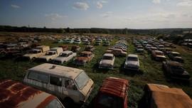 FOTO: Kuburan Ratusan Mobil Klasik di Rusia