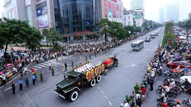 Sejak pagi, warga sudah berkumpul di jalan-jalan protokol ibu kota. (Danh Lam/VNA/Handout via Reuters)